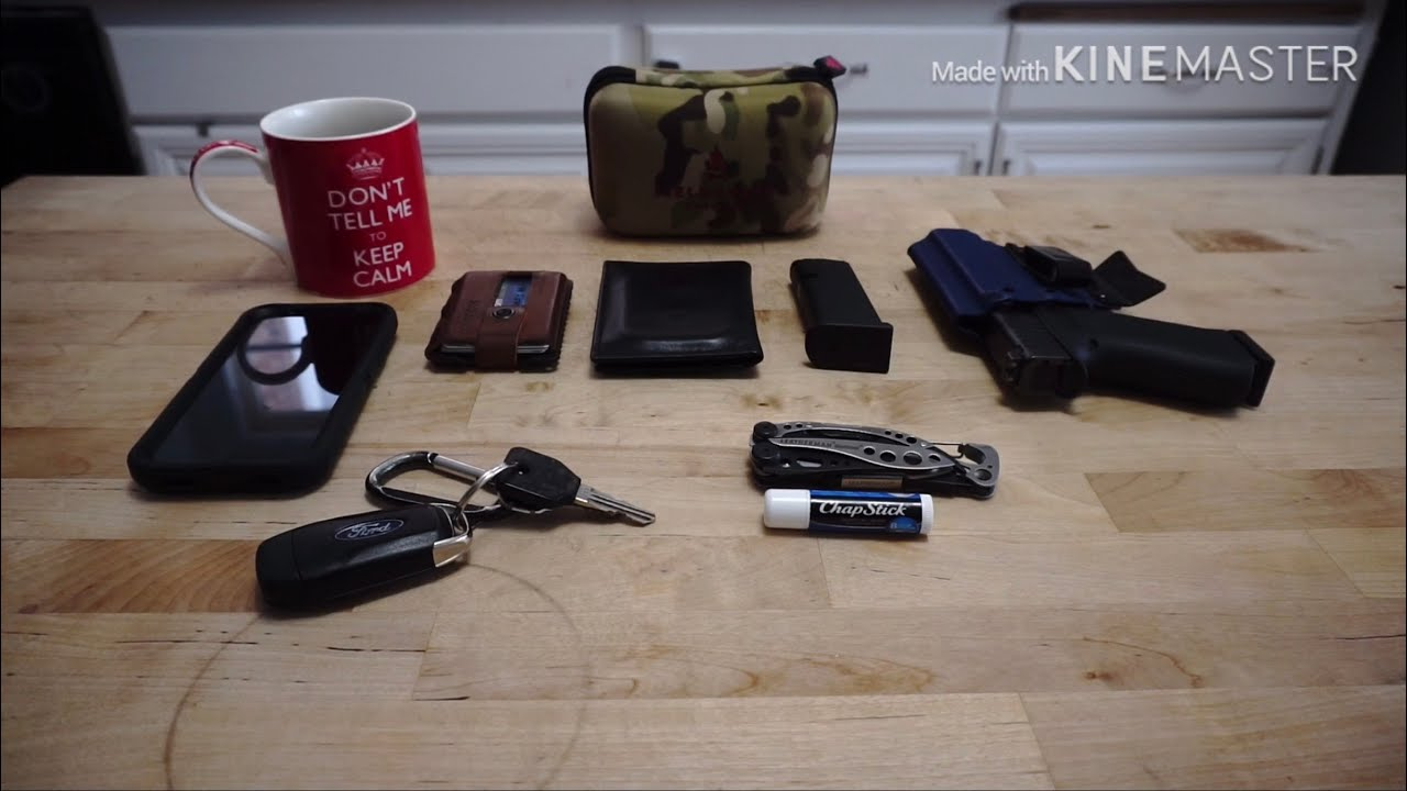 What does a cop carry off duty? Police Officer's EDC (everyday carry).